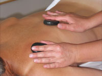 Terapeutisk-massage-med-varme-sten2